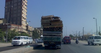 حمولة زائدة على سيارة بطريق العوايد بالإسكندرية تهدد بكوارث مرورية