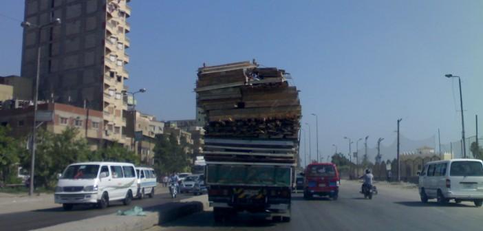بالفيديو.. حمولة زائدة على سيارة بطريق العوايد بالإسكندرية تهدد بكوارث مرورية 📹