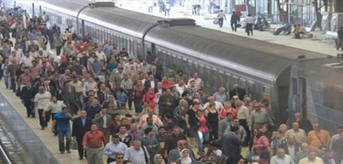 بالصور.. رحلة المواطنين للبحث عن قطار بمحطة مصر: التخبط سيد الموقف 📷
