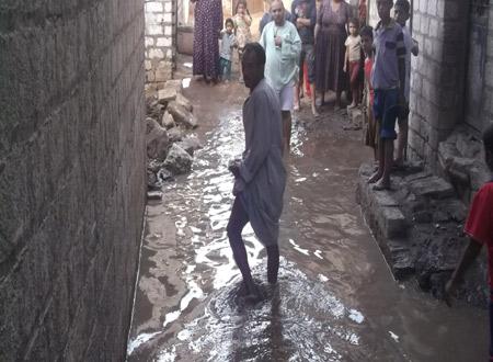 بالصورة.. المياه الجوفية تغرق قرية بالمنيا.. ومواطنون يحذرون من كارثة وبائية 📷