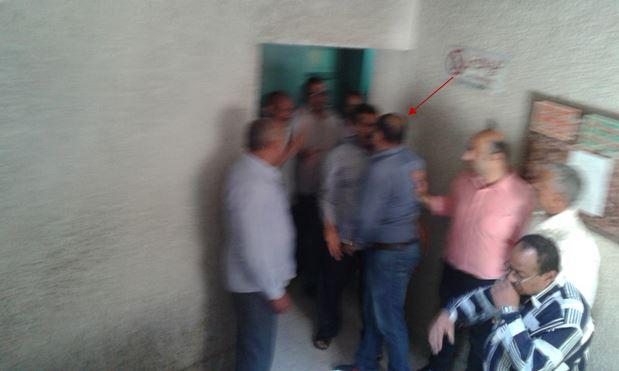صور توضح اعتداء الطبيب علي الموظفين العاملين بالمديرية أثناء محاولتهم منعه من قيامه بالتعدي الي الموظفة