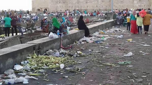 انتشار القمامة أمام قلعة قايتباي بالإسكندرية