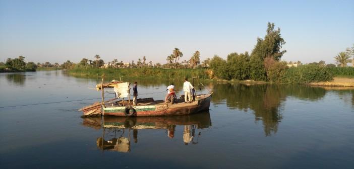 بالصور.. رحلة عبور بحر يوسف في المنيا بمعدية متهالكة.. ومطالب بكوبري 📷