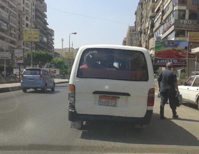 ميكروباص أرقامه غير واضحة فى شارع عباس العقاد