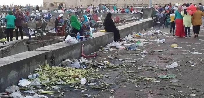 ودمار يا إسكندرية.. هكذا كان المشهد أمام قلعة قايتباي بعد العيد 📷