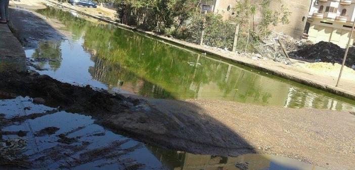 بالصور.. مياه الصرف تغمر شوارع.. وإغلاق طريق بالسنبلاوين 📷