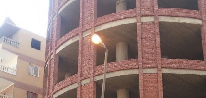 بالصور.. أعمدة إنارة مُضاءة نهارًا بحدائق الأهرام تزامنًا مع انقطاع الكهرباء عن سكانها 📷