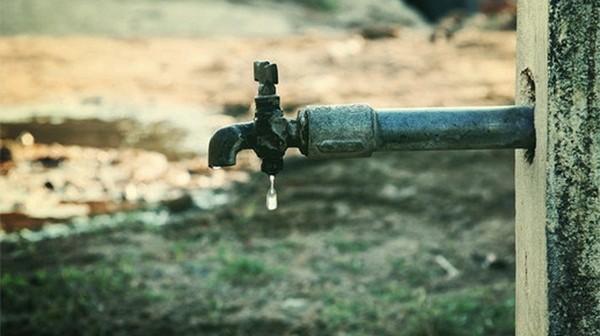 غضب بقرية في فاقوس لتواصل انقطاع مياه الشرب.. والشركة: هاترجع في شهر 12