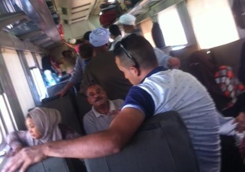 صورة.. تكدس في القطارات المكيفة بأسيوط هربًا من ارتفاع درجات الحرارة