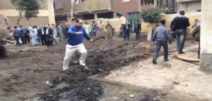 بالفيديو.. مُدرس يطارد تلاميذه بعصاته لمنع حديثهم عن غرق مدرستهم في مياه الصرف