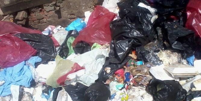 بالصور.. قنابل ملوثة.. النفايات الطبية الخطرة تنتشر بشوارع طنطا 📷