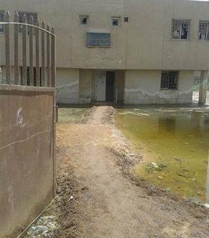 بالصور.. مياه الصرف تحاصر وحدة صحية بالمنيا.. وتهدد بتحولها لمكان موبوء 📷