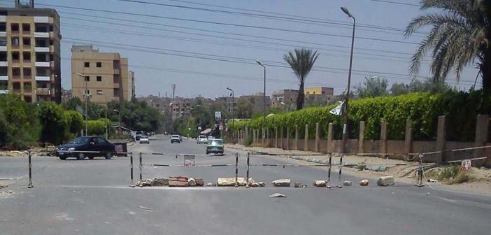 فيديو وصور.. غلق شارع رئيسي بحلوان يثير غضب الأهالي.. ويشل حركة المرور