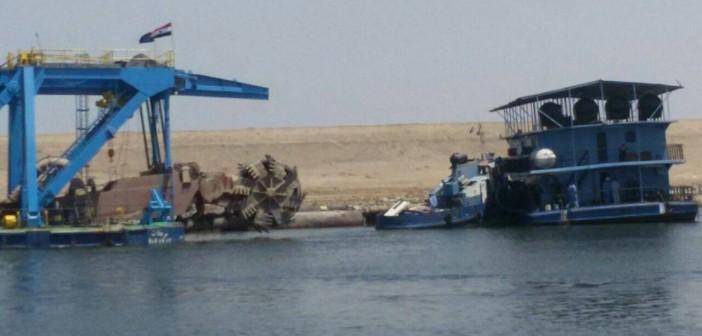 بالصور.. انتشال كراكة بعد تصادمها بسفينة تجارية بالتفريعة الشرقية لقناة السويس 📷