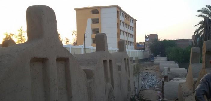 أهالي قرية بالجيزة يطالبون وزير التعليم بوقف نقل أبنائهم لمدرسة وسط المقابر والزراعات 📷
