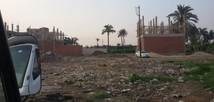 بالصور. تعديات على الأراضي الزراعية والطرق في قرية بشين القناطر 📷