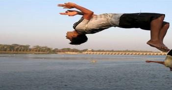 أطفال يهربون من الحر بالسباحة في المياه ـ تصوير رويترز