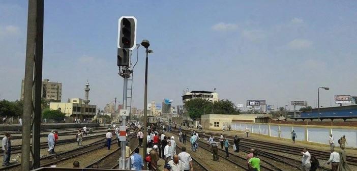 بالصور.. «ع الهامش».. إطلاق أول قطار مصري مكيف يعطل حركة القطارات ساعتين بمحطة مصر