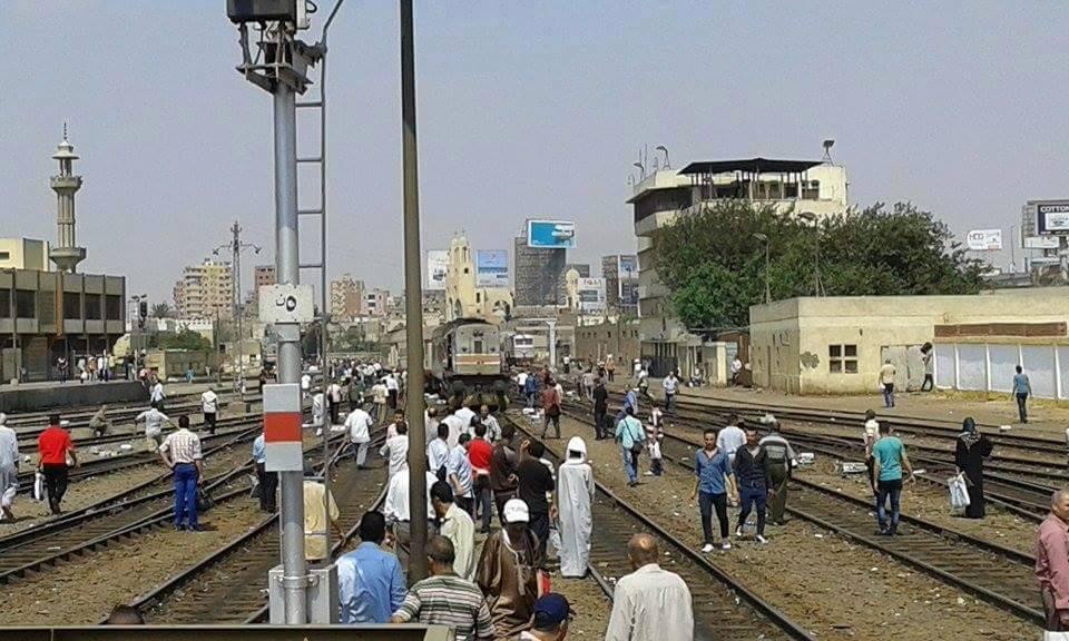 افتتاح محلب لأول قطار مصري مكيف يعطل تحرك القطارات ساعتين بمحطة مصر