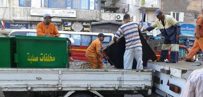 بالصور.. توزيع صناديق قمامة جديدة في حي شرق الإسكندرية