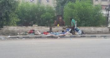 صورة.. يحدث في القاهرة.. هذا الرجل يبيت بزوجته وأولاده في الشارع منذ 7 شهور
