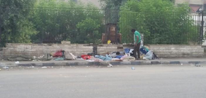 يحدث في القاهرة.. رجل وزوجته وأولاده يبيتون في الشارع بلا مأوى منذ 7 شهور 📷