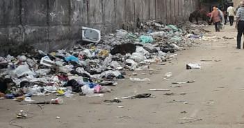 القمامة تحاصر سور مترو الملك الصالح