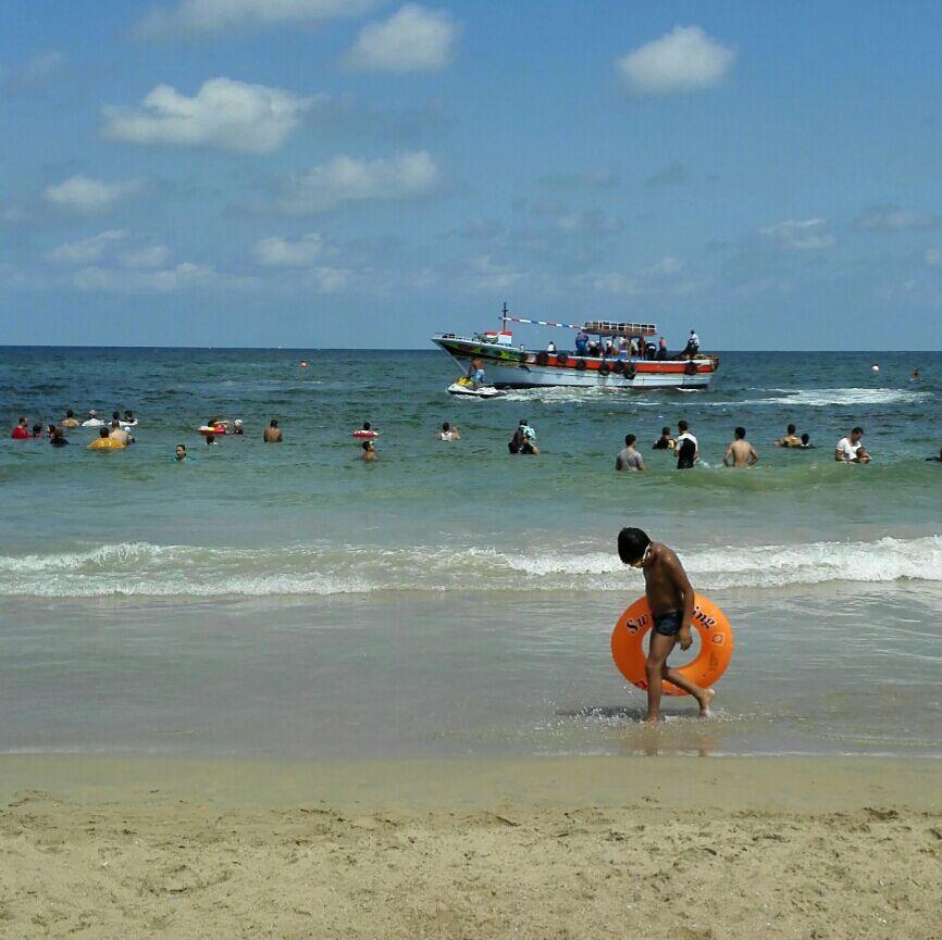 مركب صيد تفاجىء المصطافين بشاطىء المعمورة بدخول المنطقة الآمنة لسباحتهم