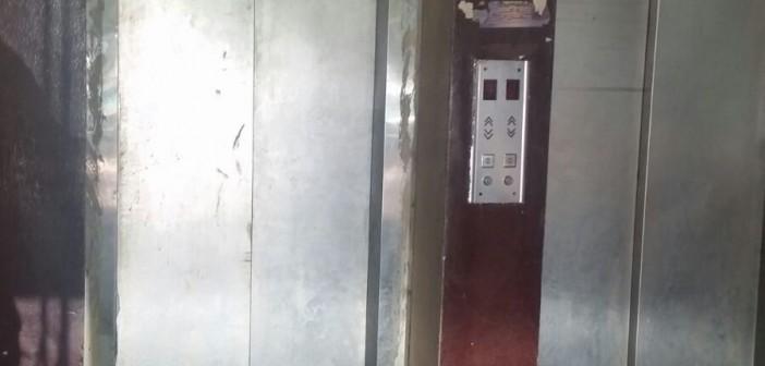 بالصور.. تعطل مصعد مستشفى النقل العام بشامبليون.. ومواطن: المرضى يدفعون الثمن
