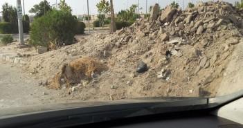 انتشار المخلفات والقمامة في  طريق ميدان جهينة إلى بفرلي هيلز
