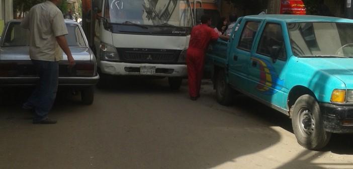 سائق أوقف سيارة حكومية على باب المستشفى.. وعرقل حركة المرضى