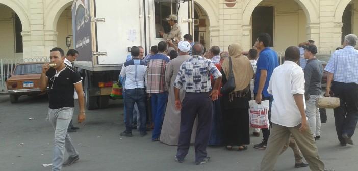 تزاحم على سيارة للقوات المسلحة تبيع موادً غذائية بميدان رمسيس 📷