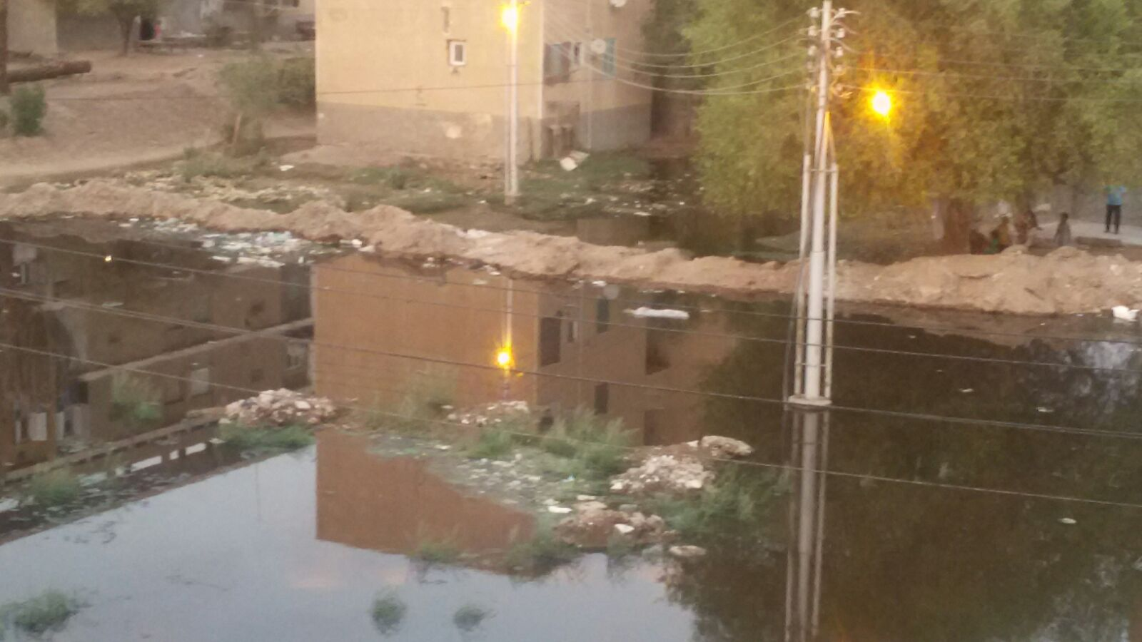 مياه الصرف تغرق عمارات مستعمرة السد العالي.. والأهالي يلجأون للسواتر الترابية