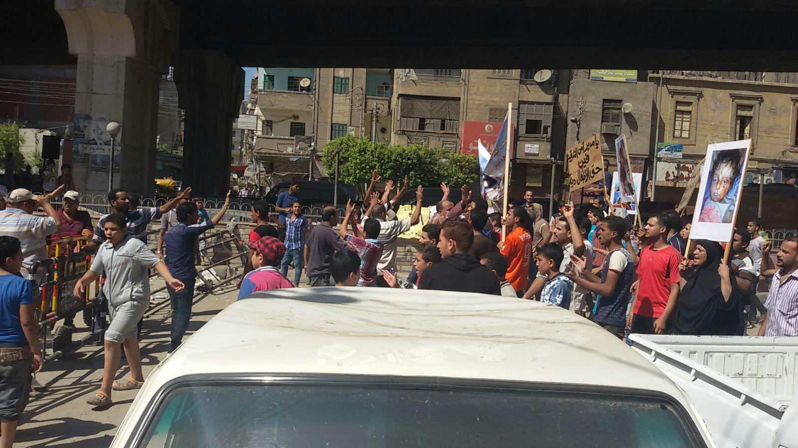 مواطنون يتظاهرون بالزقازيق للمطالبة بالقبض على قتلة طفلين