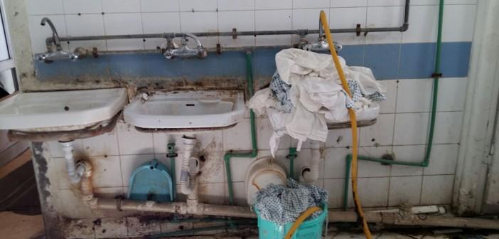 13 صورة لا تكفي.. إهمال بمستشفى الشاطبي.. دماء وقذارة وثوب المرضى «ف الجردل» 📷