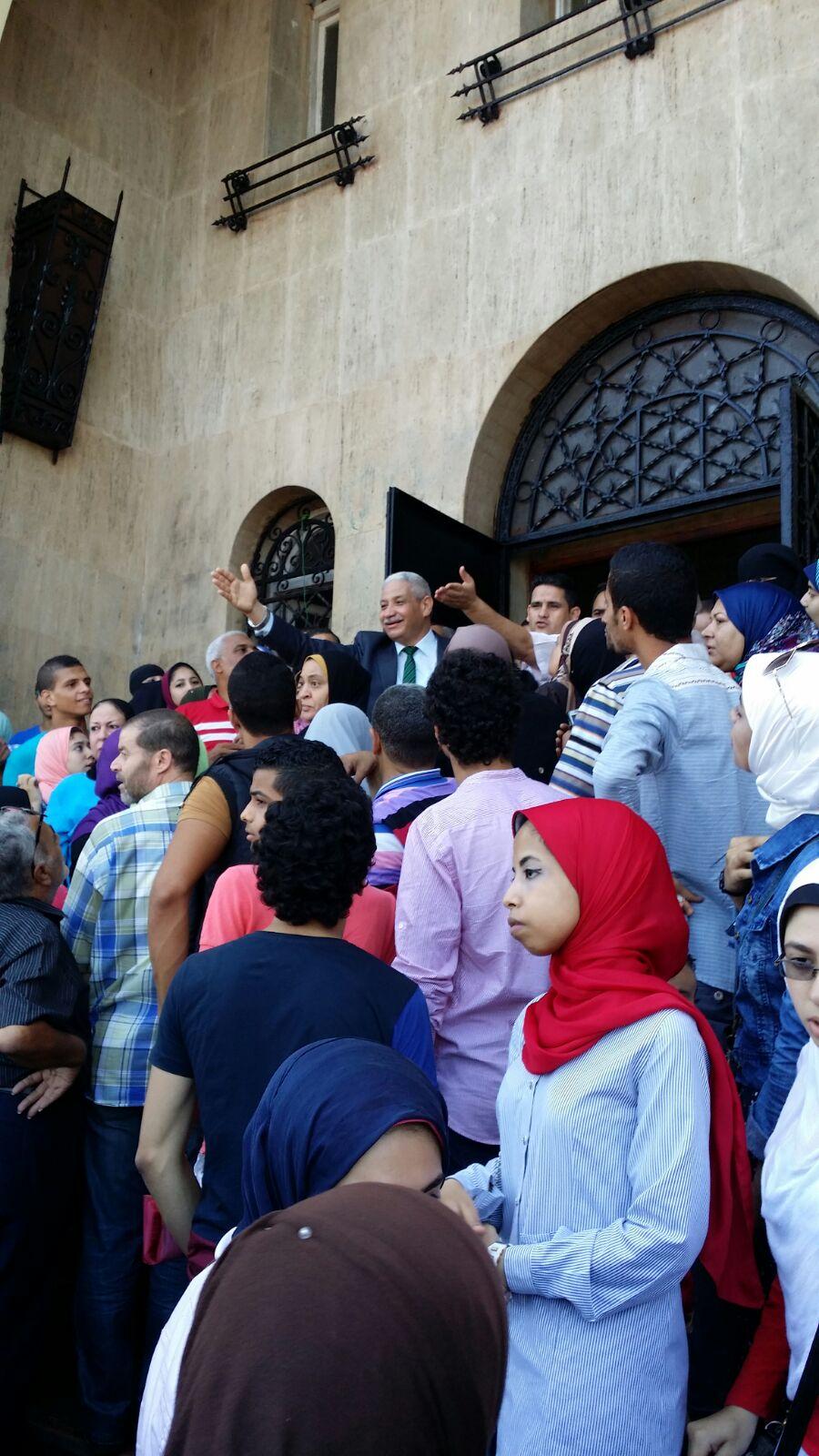تظاهر طلاب أمام إدارة جامعة الإسكندرية ضد توزيعهم على كليات بجنوب مصر