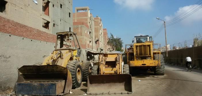 ورشة بلدوزرات بحي غرب المنصورة تعرقل حركة المواطنين والسيارات 📷