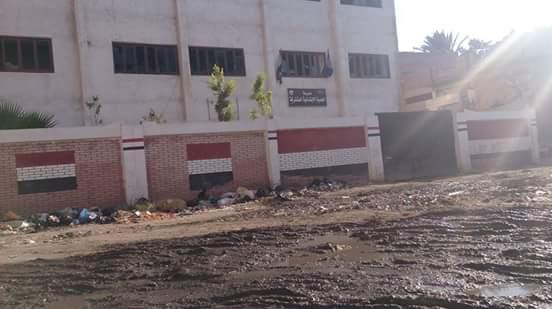 الطريق إلى قرية ومدرسة «الجدية» برشيد «غرقان» بمياه الصرف الصحي