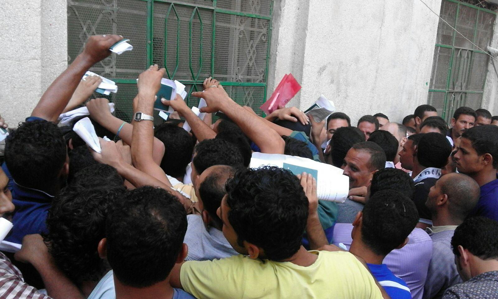 مجمع التحرير.. زحام شديد على شباك تصاريح الأمن بالسفر للخارج