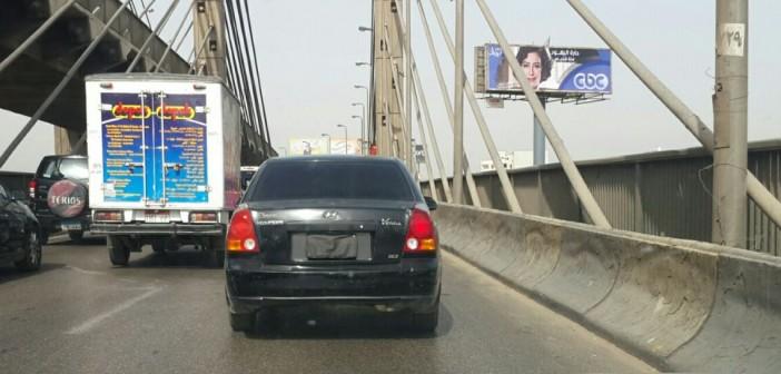 بالصور.. هذه السيارات تتحرك بشوارع القاهرة بزجاج «فيميه» دون لوحات معدينة أو فوانيس