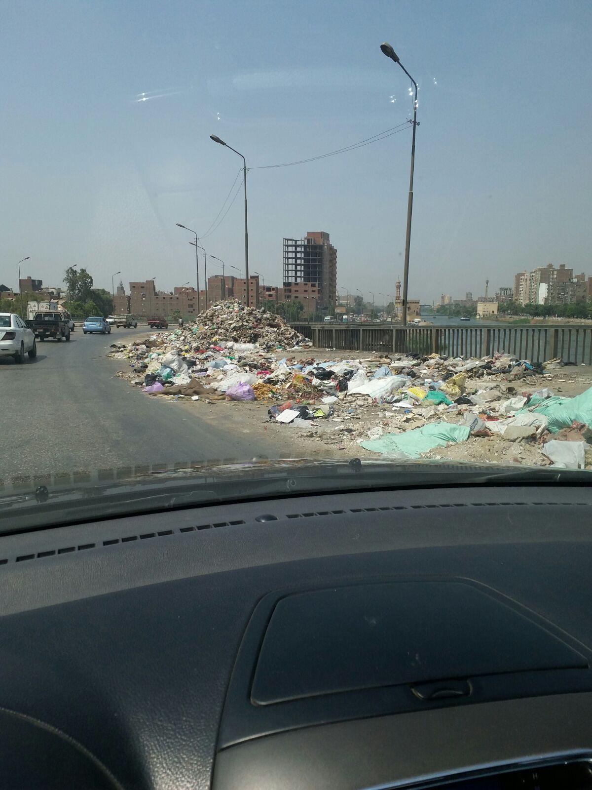 انتشار القمامة أعلى كوبري السواح