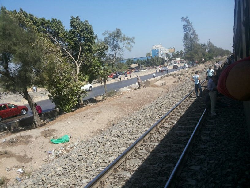 لحظة نزول ركاب القطارات بعد توقفها بسبب انفجار شبرا