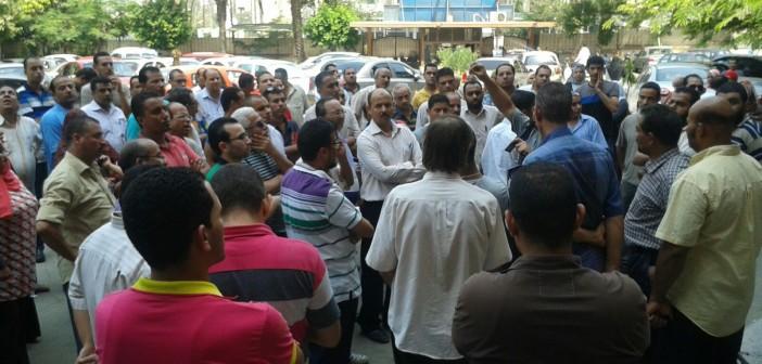 بالصور.. تظاهر العاملين بـ«التنظيم والإدارة» ضد إشراف وزير التخطيط على الجهاز 📷