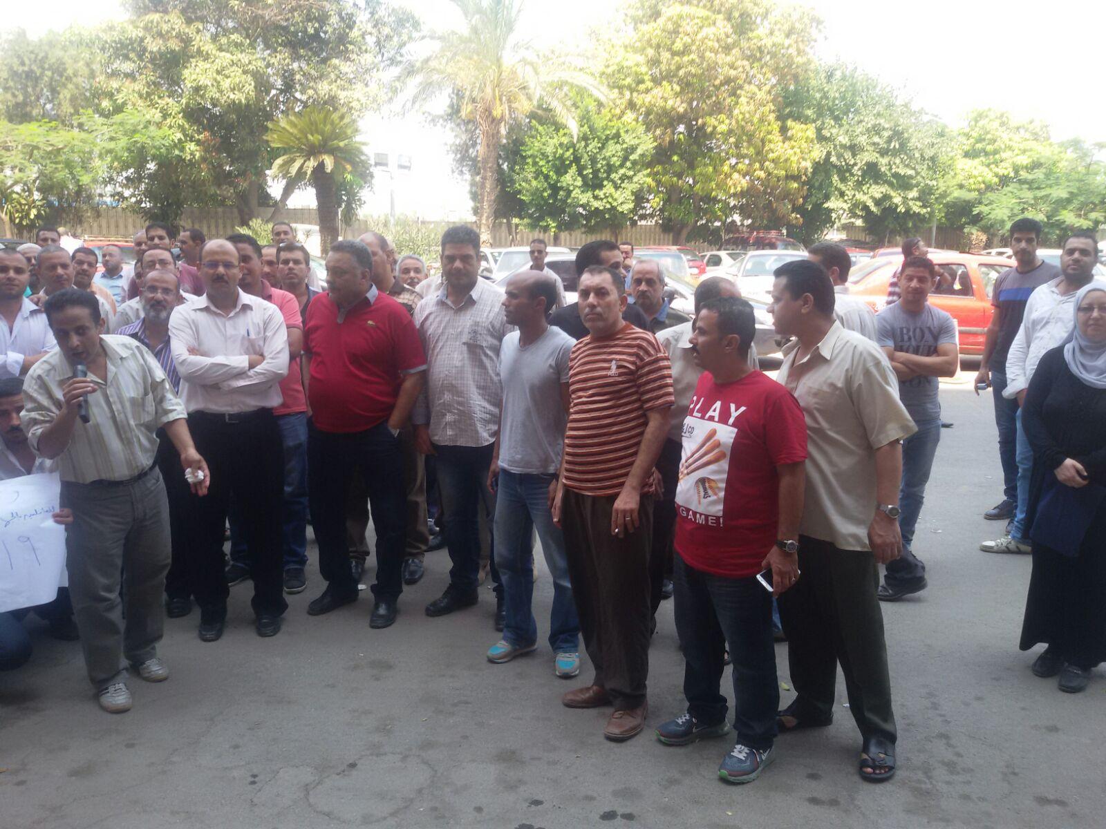 تظاهر العاملين بـ«التنظيم والإدارة» ضد إشراف وزير التخطيط على الجهاز: « ارحل يا عربي»