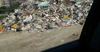 تراكم أكوام القمامة أعلى كوبري السواح
