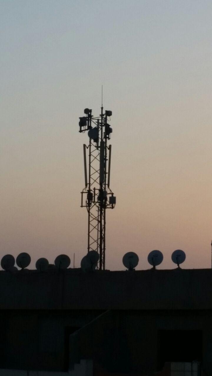 انتشار أبراج شبكات المحمول بفيصل ذي الكثافة السكانية العالية يُهدد حياة المواطنين