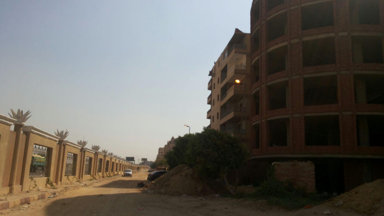 أعمدة إنارة مُضيئة نهارًا في حدائق الأهرام بينما الكهرباء مقطوعة عن سكانها