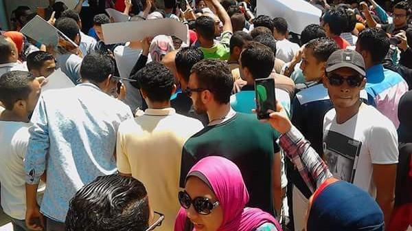 بالصور.. تظاهر طلاب بحقوق الإسكندرية احتجاجًا ارتفاع نسب الرسوب.. وورق الإجابة «ضاع» 📷