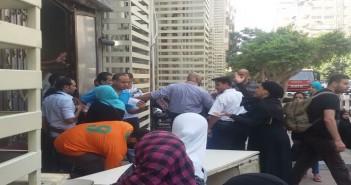 تزامنا مع زيارة محلب لمعهد القلب.. مواطن يصرخ لرفض إدخاله: « 3 أيام مبنامش»