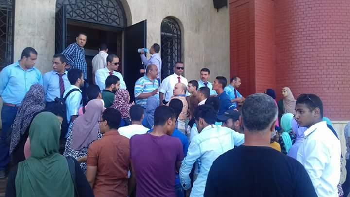 وقفة لطلاب أمام جامعة الإسكندرية للمطالبة بفتح باب التحويل.. ووقف اغترابهم بكليات الصعيد